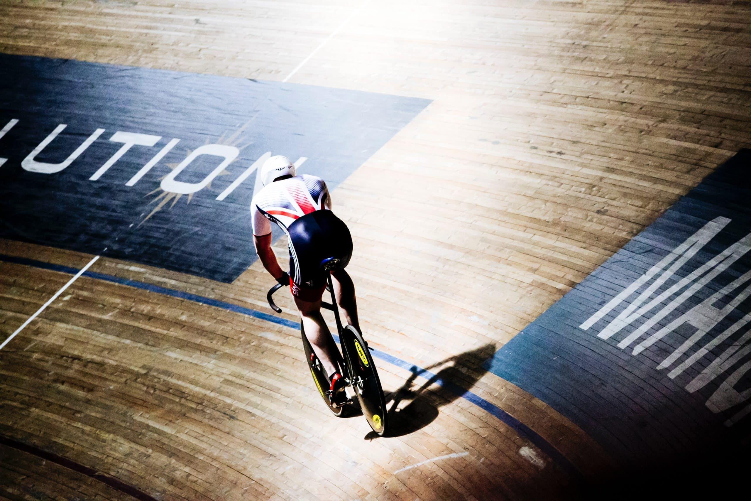cycliste sur piste intérieure