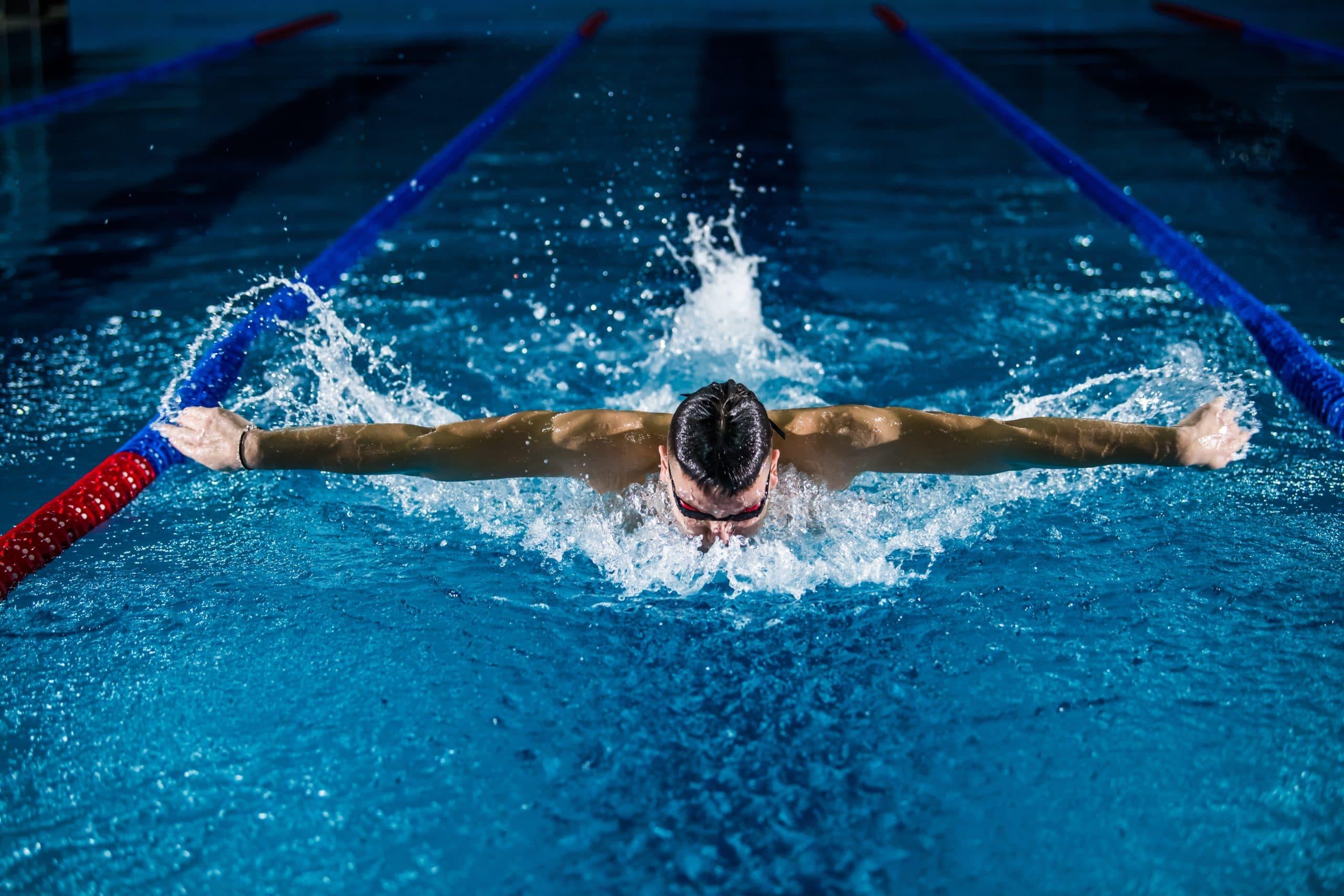 nageur faisant la nage papillon